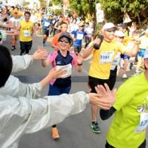一斉にスタートするフルマラソンの出場者=5日、与論町茶花