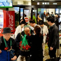 ツアー客らが続々と奄美大島入りした奄美空港到着ロビー=8日、奄美市笠利町