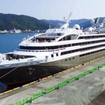 名瀬に初寄港した「ロストラル」=28日、奄美市名瀬港観光船バース