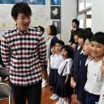 講師に学んだことを意識しながら合唱曲を歌う児童ら=8日、大川小中学校