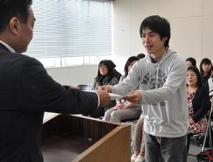子育て支援員に認定され修了書を受け取る研修生=26日、徳之島町