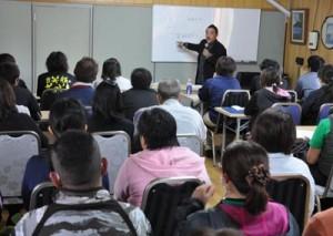 障がい者福祉施設の職員など約50人が参加した研修会=15日、徳之島町