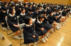 式典に出席した児童生徒ら=12日、徳之島町