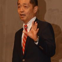 人を勇気付ける話術・ペップトークを紹介した岩崎氏=18日、龍郷町りゅうゆう館