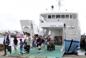 旧船「フェリーかけろま」を利用し、下船する乗客ら=30日、瀬戸内町古仁屋