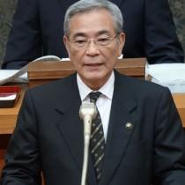 市長選出馬表明した朝山市長=6日、奄美市議会本会議場