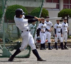1試合目にサヨナラ本塁打を放つ東海大の本間=28日、旧大島工業高校グラウンド