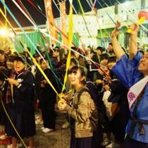 奄美を離れる人々との別れの光景が繰り広げられた名瀬新港=28日、奄美市