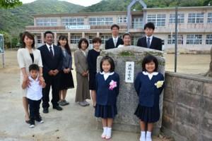 請島での新たな学校生活をスタートさせた三ノ京楓花さん(左)と野崎凰さん=6日、池地小学校