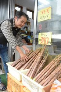 青果店の店頭に並ぶ地場産「ダーナ」=18日、奄美市名瀬