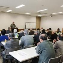島尾伸三さんが「ワンと奄小、名中」と題して講演した武蔵野奄美フォーラム=8日、東京・小金井市