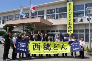 和泊町の各所に設置された「西郷どん」の懸垂幕・横断幕=14日、町役場