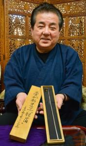 愛加那が西郷隆盛から贈られたギハを受け継ぐ牧さん=3日、奄美市名瀬