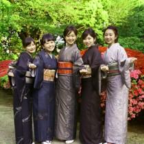 アゼリアクイーン5人のファイナリスト。グランプリに輝いた林咲桜さん(中央)=23日、清泉女子大学