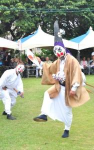 嶋中安穏を祈願して奉納された与論十五夜踊=11日、与論町の地主神社