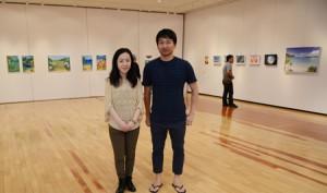 合同作品展を開いた(左から)吉田さん、別府さん=15日、奄美市笠利町の田中一村記念美術館企画展示室