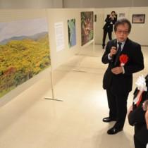 常田守さんの企画展が開幕。作品を解説する常田さん=28日、奄美市立奄美博物館