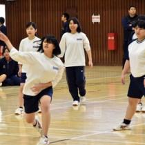 「古北戦」で熱戦を繰り広げたドッジボール=28日、奄美市の名瀬総合体育館