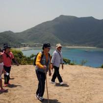 高台から見える景色を楽しむ参加者=23日、瀬戸内町請島