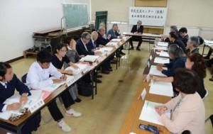 施設構想案を基に意見交換した検討委=22日、奄美市