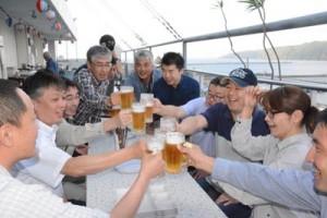 ビールジョッキを手に乾杯する来店客=25日、奄美市名瀬