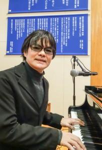 式歌「僕らは翼を持っている」を作曲した平田さん(開校式前のリハーサル)=8日、光明学園