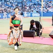 球場を埋めたファンの前で堂々と国歌を歌い笑顔を見せる城さん=28日、神宮球場