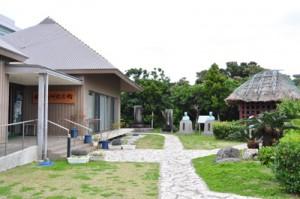 今年2月以降、来場者数が急増している和泊町の西郷南洲記念館(写真右は格子牢)=5日、和泊町