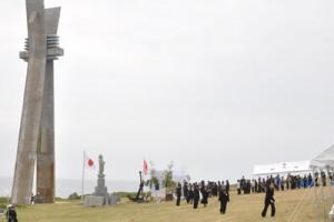 約300人が参列し、英霊の冥福を祈った慰霊祭=7日、伊仙町犬田布岬