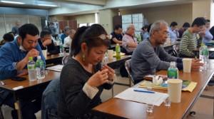 テイスティングに挑戦した受講生ら(上)と黒糖焼酎の歴史や文化を学んだ語り部養成講座=9日、奄美市名瀬