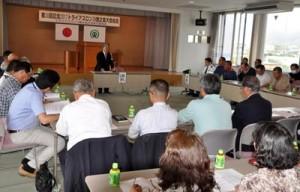 第30回記念大会の事業計画などを承認したトライアスロンIN徳之島大会の総会=12日、天城町