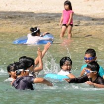 海で水遊びなどを楽しむ子どもたち=29日、伊仙町瀬田海海浜公園
