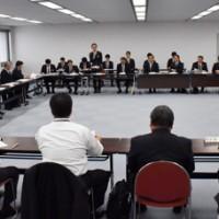 奄振総合調査について意見を交わす県職員と奄美の首長ら=26日、鹿児島市の県庁