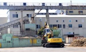 キビ搬入量が過去30年で2番目の高水準となった南栄糖業=29日、和泊町
