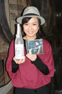 初のCDアルバムと新作焼酎を同時発売する西平せれなさん=22日、奄美市名瀬