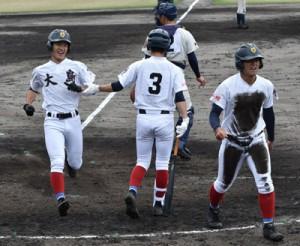 太月の二塁打で2点目のホームを踏む有馬=9日、県立鴨池球場