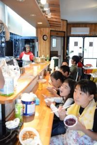 子どもたちが無料で食事を楽しんだ子ども食堂=20日、奄美市名瀬久里町