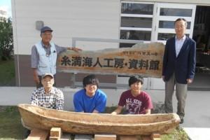 実験に当たったメンバーと、製作した丸木舟(日本工業大提供)