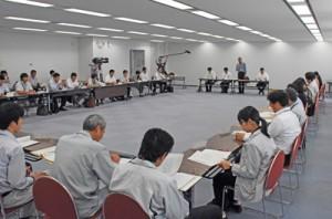 県や市町村の担当者が意見を交わしたウミガメ保護対策連絡協議会=12日、鹿児島市の県庁
