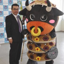 徳之島町公式キャラクターとして初お披露目された「まぶーる君」(右)と高岡町長=1日、徳之島町