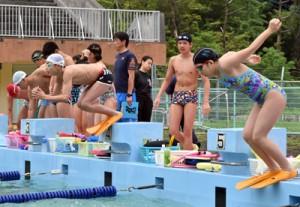 足ひれをつけてのトレーニングに取り組む選手=6日、名瀬運動公園屋外プール