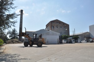 2016―17年期の原料搬入を終了した与論島製糖与論事業所=1日、与論町