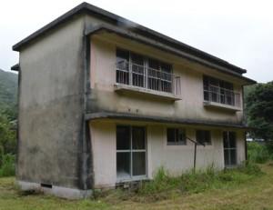 改修してノネコの一時収容施設を整備する旧県立大島工業高校の職員住宅=奄美市名瀬