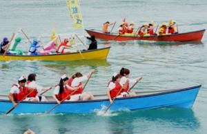 ナース、戦隊ヒーローなどのコスプレ姿で大会を盛り上げた仮装部門=7日、小湊漁港