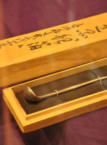 愛加那が西郷隆盛から贈られたギハ=9日、龍郷町生涯学習センターりゅうがく館2階「奄美・龍郷島ミュージアム」
