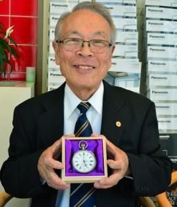 戦艦大和ゆかりのものと思われる懐中時計を持つ有薗さん=4月29日、奄美市名瀬