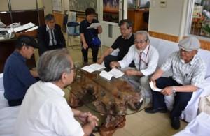 採石場計画への反対を求める要望書を提出した「大和村自然環境を守る会」のメンバーら=31日、大和村