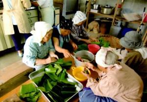昔ながらの製法でヨモギ餅作りを行う手々地域サロンのメンバーら(提供写真)