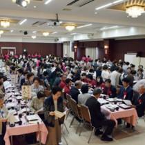 各世代が母校の校歌を歌った白百合同窓会総会=28日、奄美市名瀬