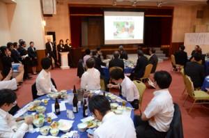 学生による学校PRもあった「若者の定住を促す集い」=29日、奄美市